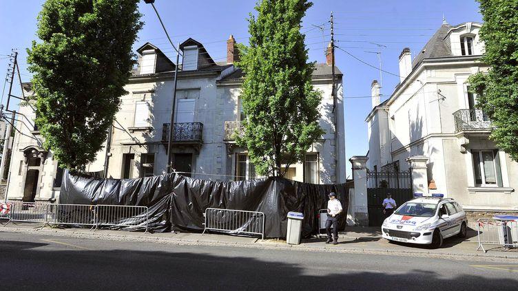 Les policiers surveillent, le 22 avril 2011 à Nantes (Loire-Atlantique), les alentours de la maison de la famille Dupont de Ligonnès. (JEAN-SEBASTIEN EVRARD / AFP)