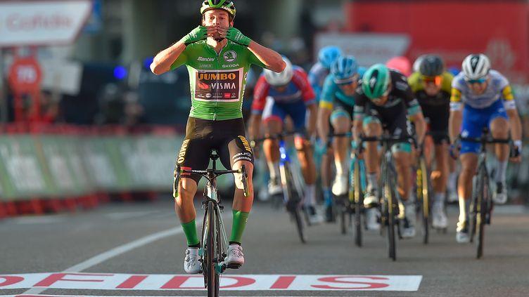 Le Slovène Primoz Roglic lève les bras pour la troisième fois sur ce Tour d'Espagne 2020. (ANDER GILLENEA / AFP)