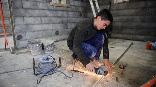 Un jeune compagnon du devoir se forme aux métiers de maçonnerie, à Colomiers (Haute-Garonne), le 4 avril 2014? (REMY GABALDA / AFP)