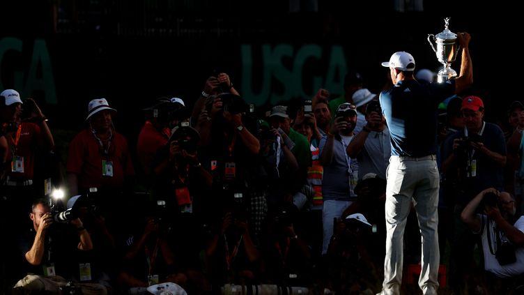 L'Américain Dustin Johnson avec le trophée de l'US Open 2016.  (DAVID CANNON / GETTY IMAGES NORTH AMERICA)
