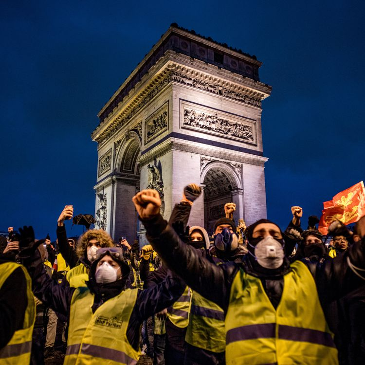 """Des """"gilets jaunes"""" manifestent devant l'Arc de triomphe à Paris, le 1er décembre 2018. (SIMON GUILLEMIN / HANS LUCAS)"""
