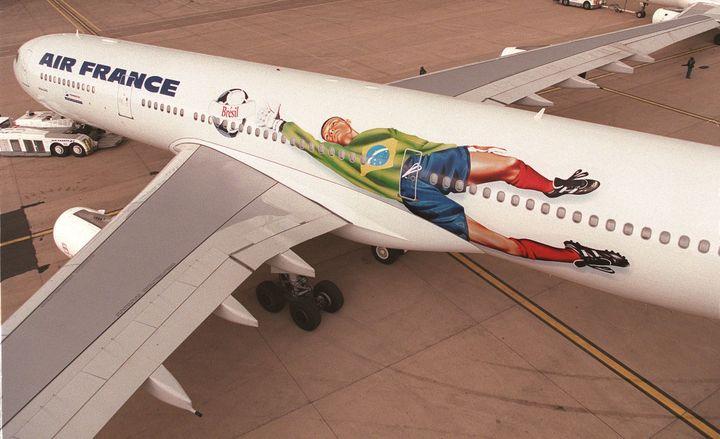 Un des avions qu'Air France avait redécoré aux couleurs de la Coupe du monde 1998, sur le tarmac de l'aéroport de Roissy, le 23 mars 1998. (JACQUES DEMARTHON / AFP)