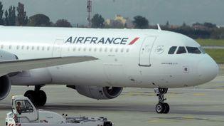 Un avion d'air France se pose à l'aéroport de Marseille-Provence, à Marignage (Bouches-du-Rhône), le 5 Octobre 2015. (BORIS HORVAT / AFP)