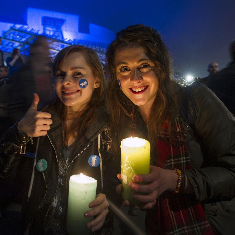 Des supportrices de l'indépendance participent à un rassemblement à Edimbourg (Ecosse, Royaume-Uni), le 17 septembre 2014, à la veille du vote. (LESLEY MARTIN / AFP)