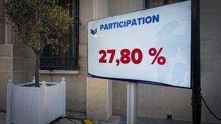 Un écran affiche le taux de participation aux élections municipales à Nice (Alpes-Maritimes), le 28 juin 2020, où le maire sortant Christian Estrosi a été réélu. (ARIE BOTBOL / HANS LUCAS / AFP)