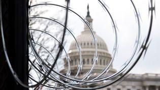 Des barbelés sont installés à proximité du Capitole, à Washington DC, le 15 janvier 2021. (SAUL LOEB / AFP)