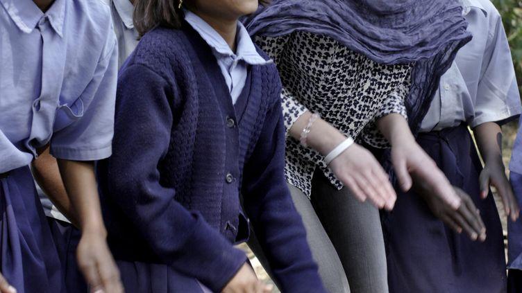 L'actrice Scarlett Johanssonpose avec des enfants lors d'une action pour l'ONGOxfam, le 22 février 2007, dans une école rurale à Dalit (Inde). (ADRIAN FISK / OXFAM / AFP)