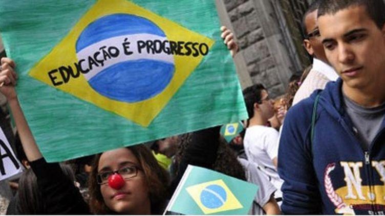 Le 12 juin 2012, professeurs et étudiants de l'université de Sao Paulo, en grève, demandent de meilleures conditions de travail. (AFP PHOTO / CRIS FAGA / AGENCIA ESTADO)