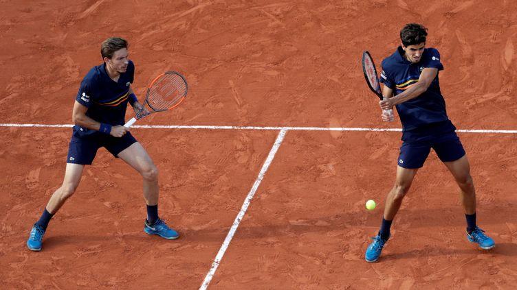 Pierre-Hugues Herbert et Nicolas Mahut lors de la finale de Roland-Garros à Paris, le 9 juin 2018. (THOMAS SAMSON / AFP)