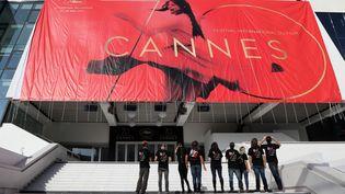 L'affiche de Cannes, accrochée sur la façade du Palais des festivals (15 mai 2017)  (Valery Hache / AFP)