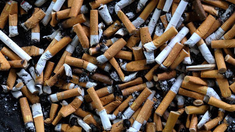 Des mégots de cigarette. Photo d'illustration. (PATRIK STOLLARZ / AFP)