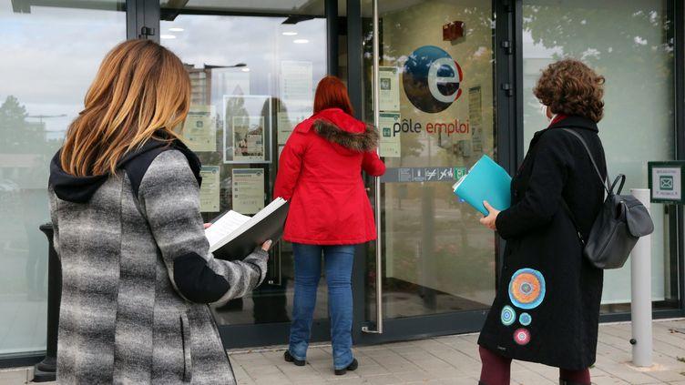 Des personnes devant une agence de Pôle emploi (illustration). (VANESSA MEYER / MAXPPP)