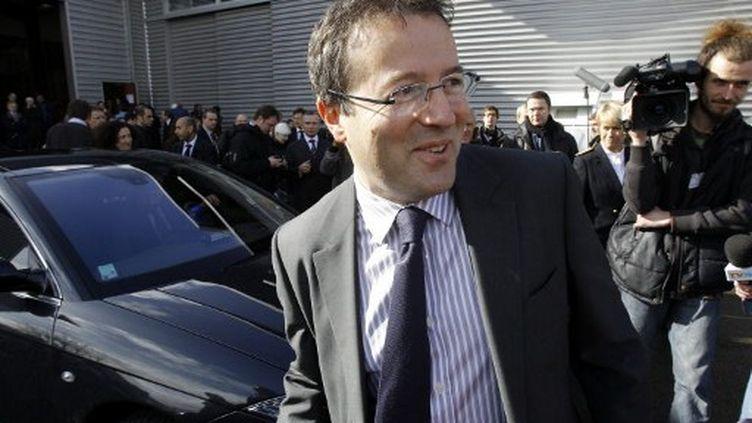 Martin Hirsch, alors haut-commissaire aux Solidarités actives contre la pauvreté et à la jeunesse dans le gouvernement Fillon,le 24 février 2010 à Chanteloup-les-Vignes (Yvelines). (PATRICK KOVARIK / AFP)