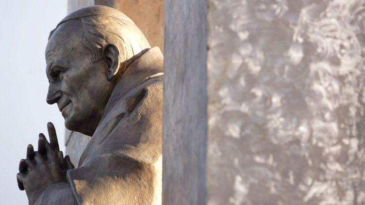La statue de Jean-Paul II à Ploërmel (Morbihan), installée le 28 novembre 2006. (DAVID ADEMAS / AFP)