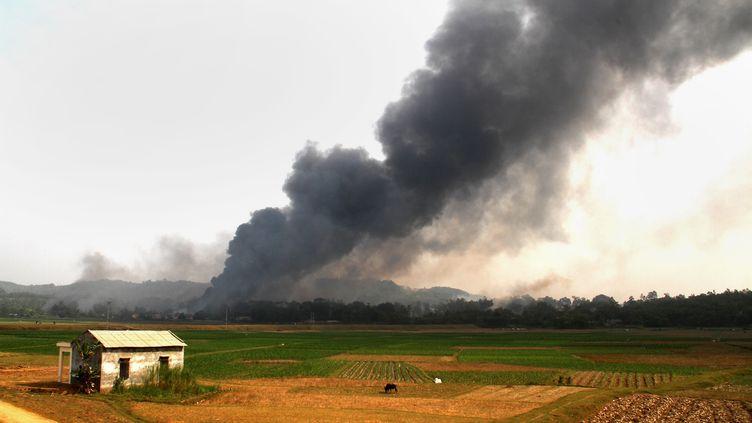 La colonne de fumée qui s'échappe de l'usine de feux d'artifices où a eu lieu une explosion, samedi 12 octobre, dans la province de Phu Tho au Vietnam. (AFP)