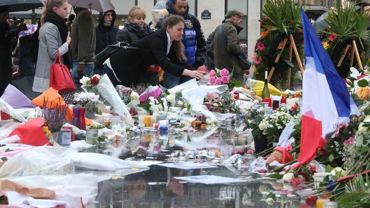 Des passantsrendent hommage aux victimes des attentats de Paris, vendredi 20 novembre, place de la République. (TSUYOSHI MATSUMOTO / YOMIURI / AFP)