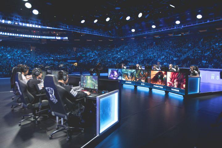 Deux équipes de joueurs s'affrontent pour la demi-finale de League Of Legends au Madison Square Garden, à New-York, le 22 octobre 2016. (Riot Games, Inc.)