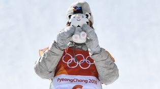 Le snowboarder américain Redmond Gerard pose avec la mascottedes JO de Pyeongchang (Corée du Sud), le 11 février 2018. (DYLAN MARTINEZ / REUTERS)