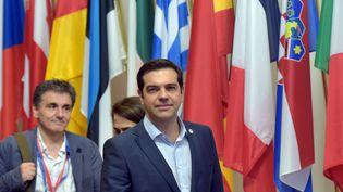 Le Premier ministre grec, Alexis Tsipras(c), et le ministre des Finances grec,Euclide Tsakalotos(g), quittent le sommet européen, le 13 juillet 2015, à Bruxelles (Belgique). (ERIC VIDAL / REUTERS )