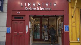 """L'arbre à lettres, à Paris, le 30 octobre 2020, premier jour de reconfinement. La librairie a mis en place un service de """"click and collect"""" (retrait des commandes) en accord avec les mesures sanitaires. (ANTOINE WDO / HANS LUCAS)"""
