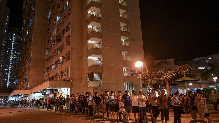 Les Hongkongais font la queue pour voter lors des élections du conseildans le district de Tseung Kwan O à Hong Kong, le 24 novembre 2019. (YE AUNG THU / AFP)