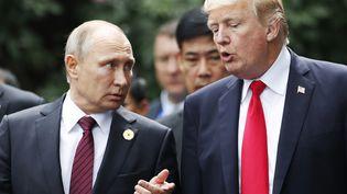 Vladimir Poutine et Donald Trump lors du sommetde la coopération économique pour l'Asie-Pacifique (APEC), à Da Nang (Vietnam), le 11 novembre 2017. (JORGE SILVA / AFP)