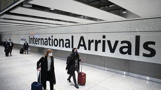 Des passagers arrivent à l'aéroport d'Heathrow, à Londres (Royaume-Uni), le 15 janvier 2021. (DANIEL LEAL-OLIVAS / AFP)