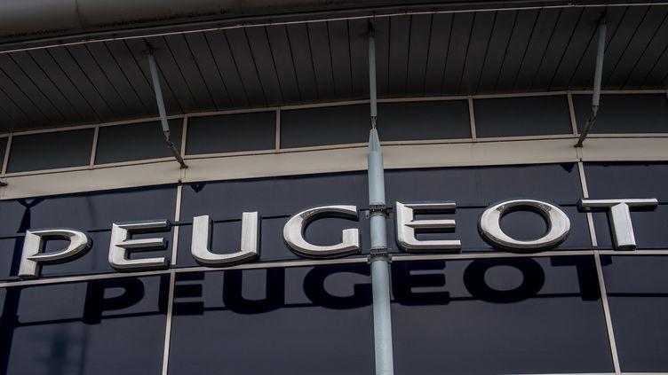 La façade d'un garage Peugeot à Villeneuve d'Ascq (Nord), le 10 février 2017. (PHILIPPE HUGUEN / AFP)