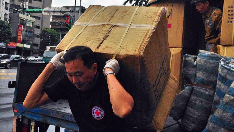 Un volontaire de la Croix rouge de Taïwan, le 11 novembre 2013 à Taipei (Taiwan). (RED CROSS SOCIETY OF TAIWAN / AFP)
