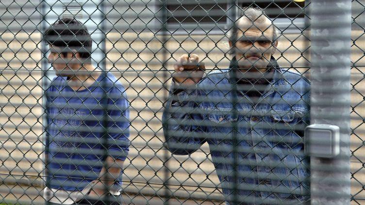 Des personnes détenues dans un centre de rétention administrative, le 19 janvier 2008, au Mesnil-Amelot, près de Paris. (STEPHANE DE SAKUTIN / AFP)