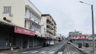 Une rue désertée à Nouméa au premier jour du reconfinement de la Nouvelle-Calédonie pour lutter contre l'épidémie de Covid-19, le 7 septembre 2021. (THEO ROUBY / AFP)