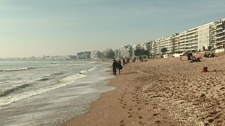 C'est la plus grande plage urbaine de France. Alors forcément, au moindrerayon de soleil, la plage de La Baule (Loire-Atlantique) devient un passage obligé, surtout en plein mois de février. (CAPTURE D'ÉCRAN FRANCE 3)
