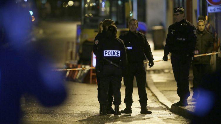 Des policiers devant le parking de Bois-Colombes (Hauts-de-Seine), où a été arrêté l'homme suspecté d'être le tireur de Paris, mercredi 20 novembre. (KENZO TRIBOUILLARD / AFP)
