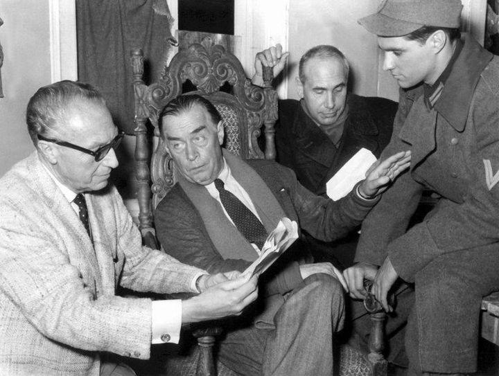 """Le réalisateur Douglas Sirk, le romancier allemand Erich Maria Remarque, l'acteur allemandCharles Regnier et l'acteur américain John Gavin sur le plateau de """"Le Temps d'aimer, le temps de mourir"""" (1959)  (Giehr / DPA)"""