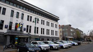 Le commissariat deMolenbeek-Saint-Jean, dans la banlieue de Bruxelles, où plusieurs personnes ont été placées en garde à vueaprès les attaques meurtrières de Paris. (KRISTOF VAN ACCOM / BELGA MAG / AFP)