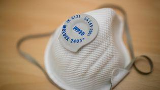 Un masque de type FFP2 photographié à l'Institut Robert Koch de Nuremberg (Allemagne), le 28 février 2020. (DANIEL KARMANN / DPA / AFP)