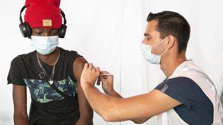Un adolescent se fait vacciner à Poitiers (Vienne), le 3 septembre 2021. (JEAN-FRANCOIS FORT / HANS LUCAS / AFP)