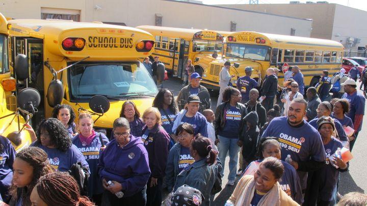 Des militants pro-Obama en route pour une opération de porte-à-porte, à Philadelphie (Pennsylvanie, Etats-Unis) le 20 octobre 2012. (MARION SOLLETTY / FRANCETV INFO)
