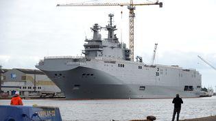 """Le """"Vladivostok"""",porte-hélicoptères de classe Mistral,dans le port de Saint-Nazaire (Loire-Atlantique), le 9 mai 2014. (JEAN-SEBASTIEN EVRARD / AFP)"""