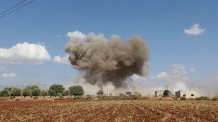 De la fumée s'élève après un bombardement sur le village d'Al-Muntar, dans la province d'Idlib, dans le nord-ouest de la Syrie, le 8 septembre 2018. (OMAR HAJ KADOUR / AFP)