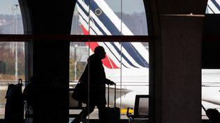 Un voyageur dans un terminal de l'aéroport de Roissy Charles de Gaulle. (GETTY IMAGES)