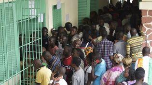 Des électeurs attendent de voter lors d'élections locales dans la commune du Plateau le 13 octobre 2018, le quartier des affaires de la capitale économique, Abidjan. (SIA KAMBOU / AFP)