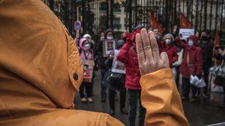 Une manifestation de la communauté birmane devant l'ambassade du pays à Paris jeudi 18 février 2021. (MAXIME GRUSS / HANS LUCAS / AFP)