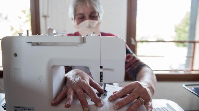 Fabrication de masques pour les résidents d'une maison de retraite, le 15 avril 2020, àExcideuil(Dordogne). (ROMAIN LONGIERAS / HANS LUCAS / AFP)