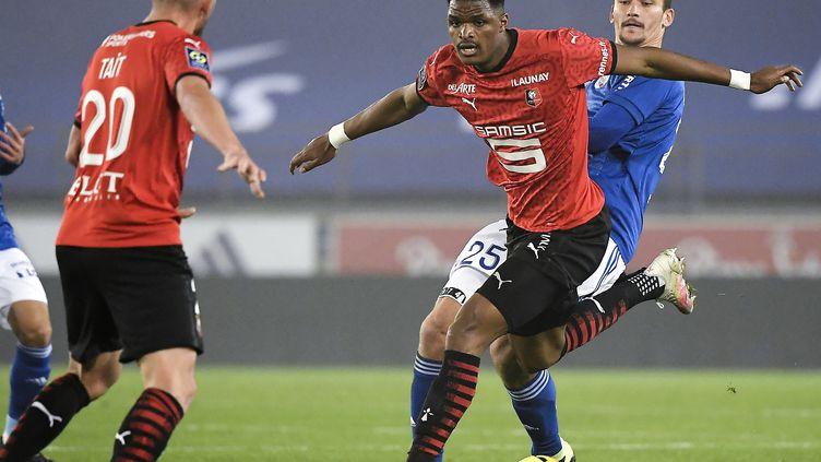 Ajorque (Strasbourg ) et Nyamsi (Rennes) au duel (FREDERICK FLORIN / AFP)