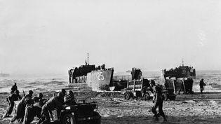 Débarquement américains en Sicile en juillet 1943. A peine libérés des camps d'internement vichystes d'Algérie, les soldats juifs participent aux débarquements d'Italie et de Provence pour la libération de la France. (USIS / LEEMAGE VIA AFP)