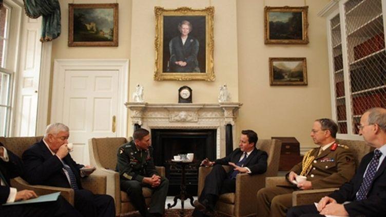 Le premier ministre britannique David Cameron et David Petraeus, commandant des forces de l'Otan, le 22 mars 2011 (AFP/Dan Kitwood)