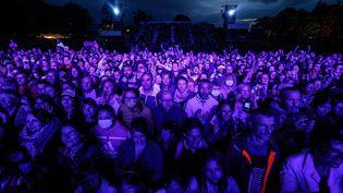 Plusieurs centaines de festivaliers assistent au concert de Vianney, lors de l'ouverture des Vieilles Charrues 2021, le 8 juillet, à Carhaix. (SAMEER AL-DOUMY / AFP)