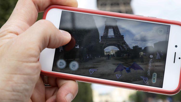 """Un joueur de """"Pokémon Go"""", le 26 juillet 2016 à Paris. (THOMAS SAMSON / AFP)"""