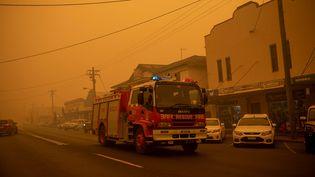 Des pompiers dans la ville de Bombala en Australie, le 31 décembre 2019. (SEAN DAVEY / AFP)